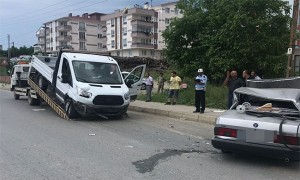 Sanayi Siyesinde Otomobil Kamyonetin Altına Girdi, 1 Yaralı