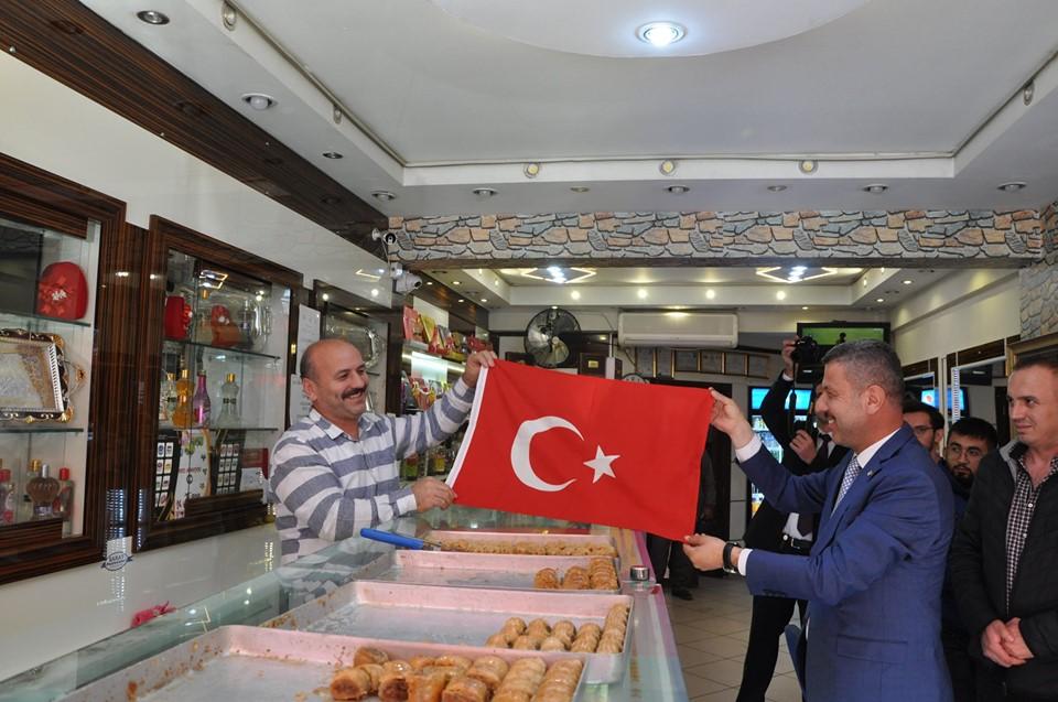 Esnaflarımıza Türk Bayrağı verildi. Ne güzel tablo