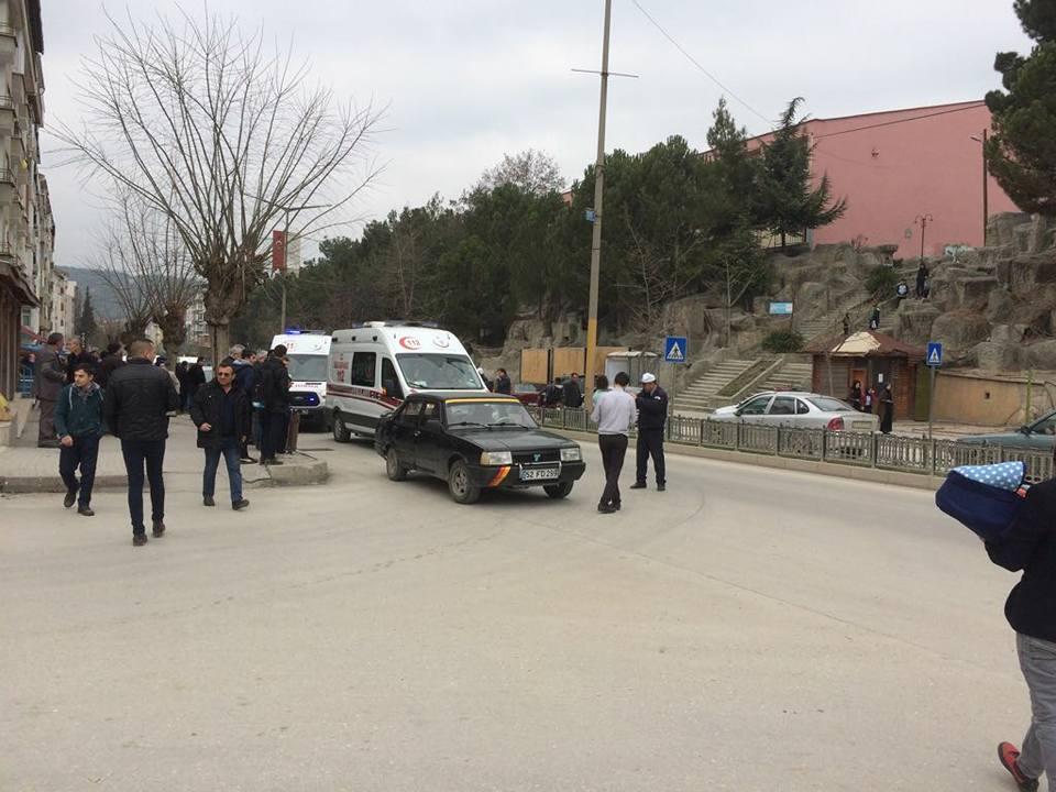 Yaya Geçidinde Otomobil Öğrencilere Çarptı, 2 Yaralı