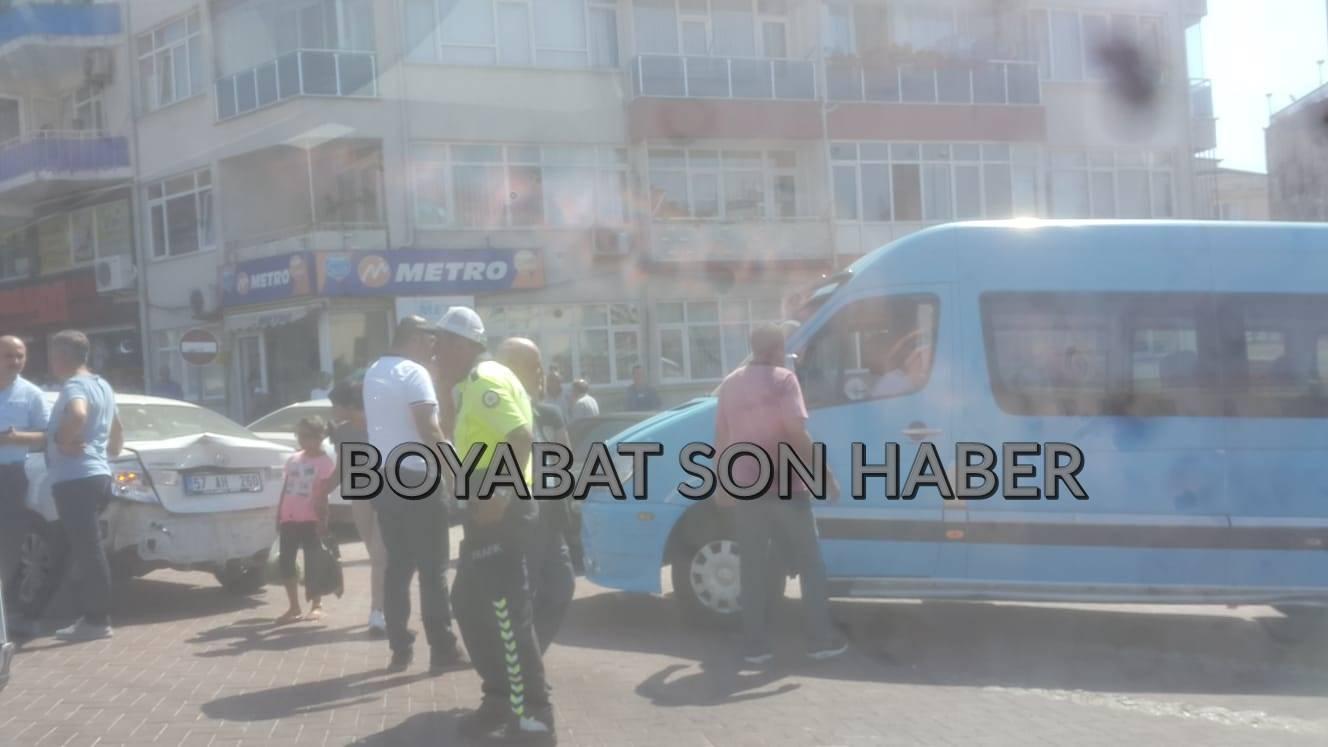 SİNOP VALİLİK ÖNÜNDE TRAFİK KAZASI